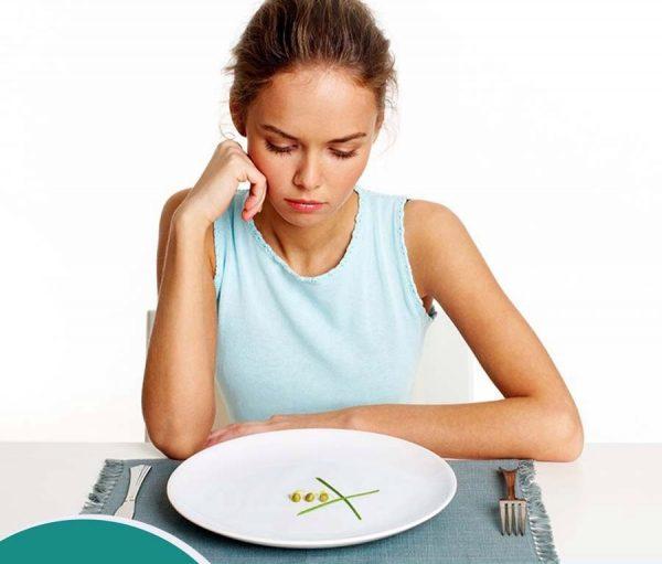 дівчина, тарелка с оливками на столе, столовые приборы